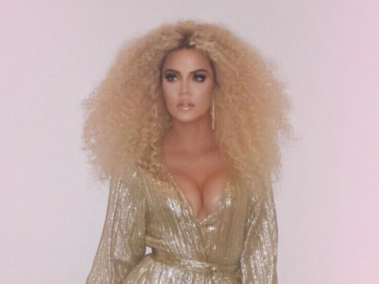 Khloé Kardashian 6 fingers in one hand Photoshop error