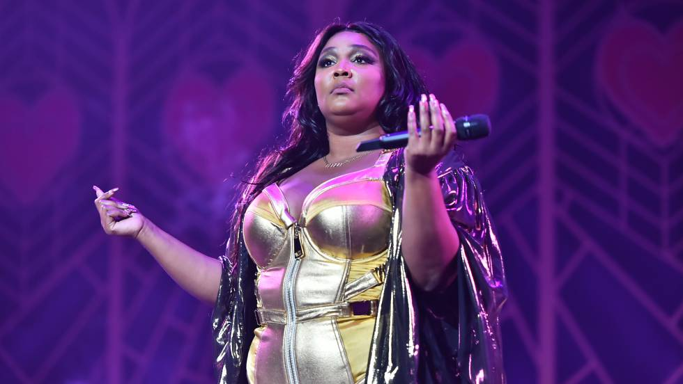 Lizzo steals the Lakers game by showing more