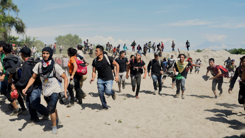 Tension on the border between Guatemala and Mexico: migrants collide with Mexican soldiers