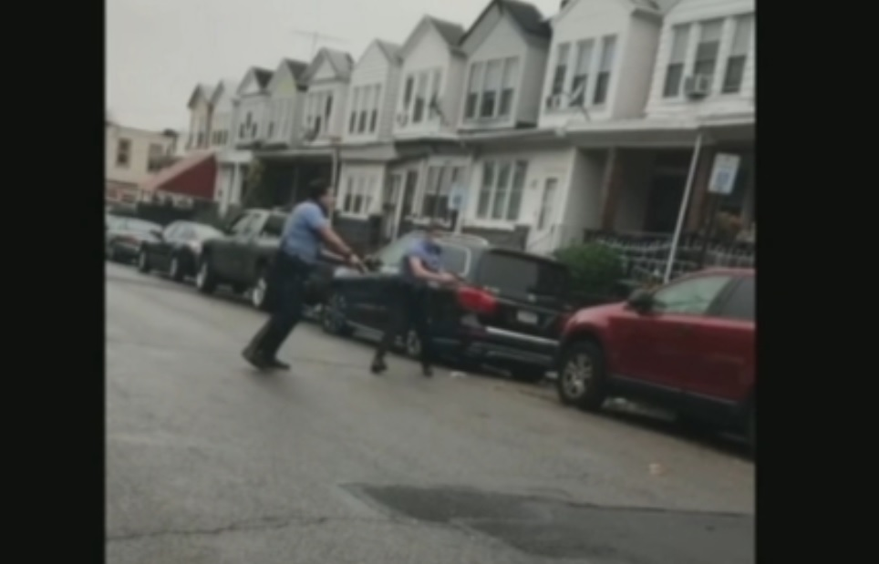 Man chase police with knife is shot to death